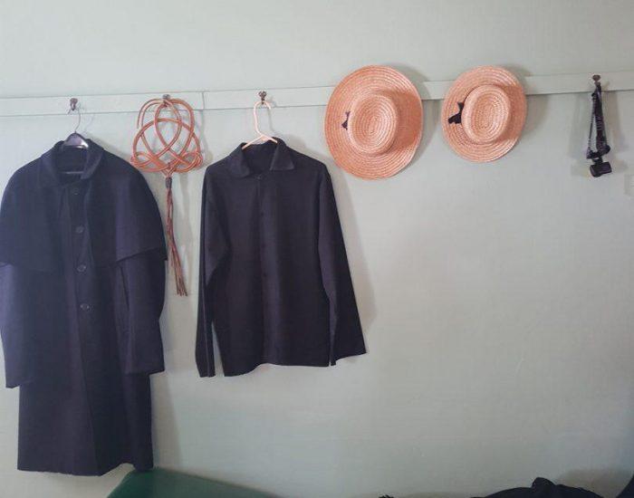 מעילים וכובעים תלוייים במטבח- החדר הגדול והמרכזי בבית