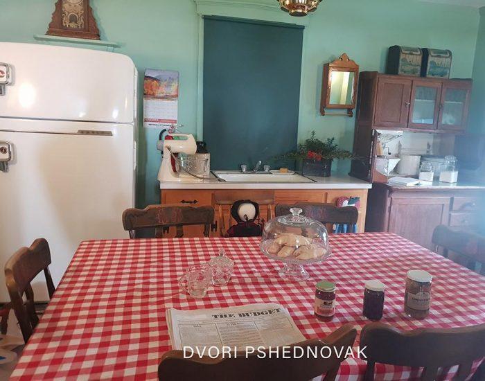 המטבח. מקרר על גז פרופן, מיקסר על לחץ אוויר ומלאי ריבות ביתיות