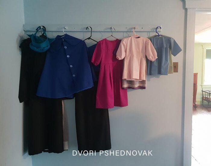הבגדים לא בארון כי אין הרבה בגדים. אלו הצבעים והגזרות המותרות. יש בגד לכל שעה, יום ומאורע.