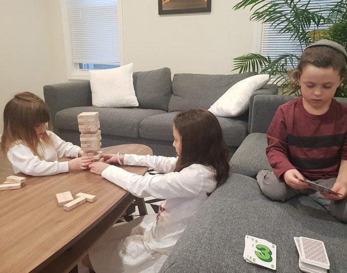 יהונתן ואני משחקים טאקי, רותי ויעל משחקות ג'נגה