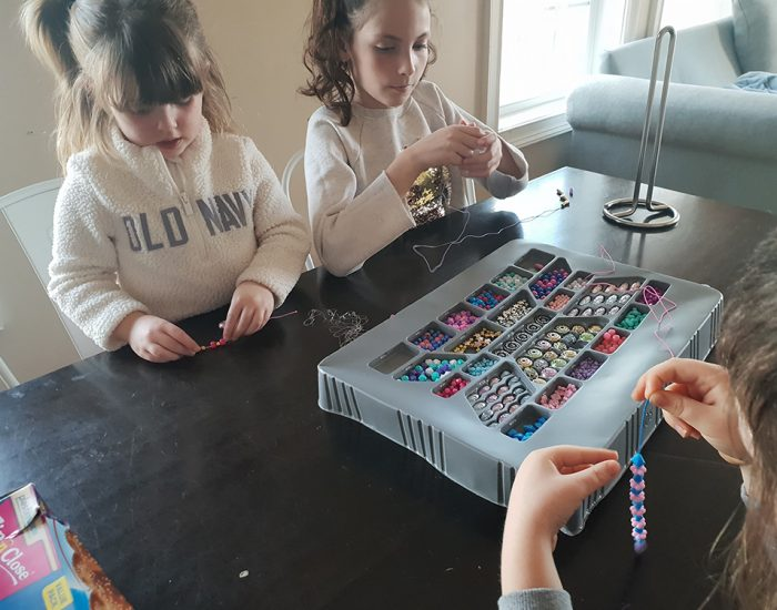 ילדים משחקים בחרוזים