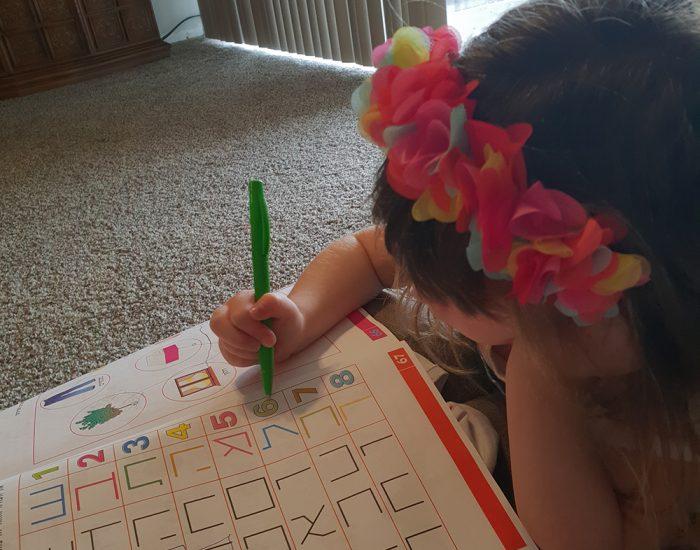 ילדה קטנה לומדת מתוך ספר