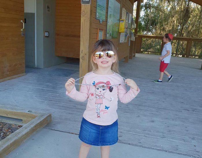 שמורת טבע בפלורידה ילדה במשקפי שמש