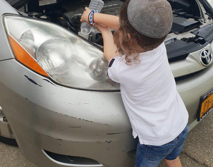 לפני שהתחילה הסערה, יהונתן לומד לטפל ברכב