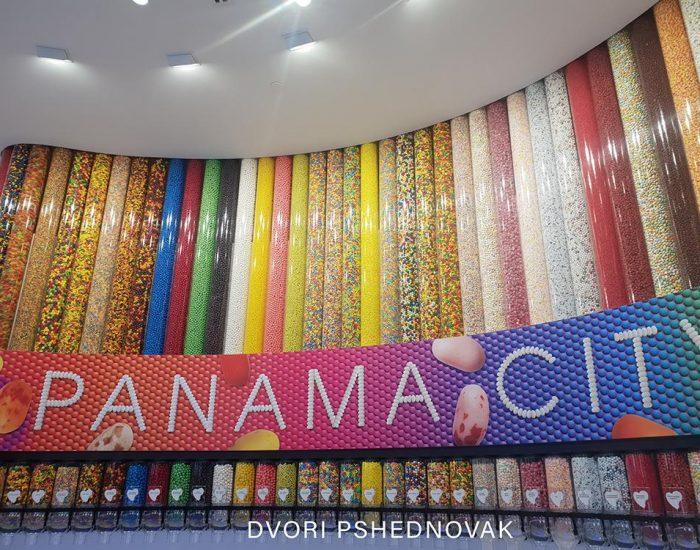 חנות ממתקים צבעונית ויפה