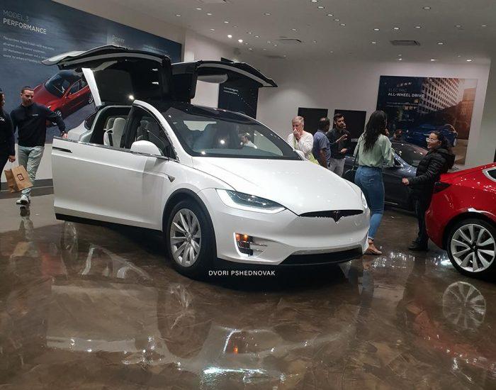 רכב חשמלי- טסלה