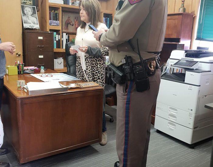 השריף והשופטת בעיירה נידחת בטקסס