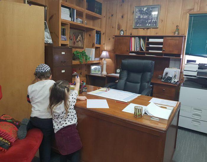 הילדים השתלטו על משרד השופטת...