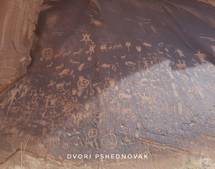 עיתון אינדיאני עתיק על האבן בדרך לנידלס