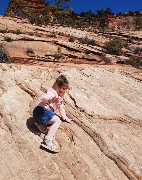 יעל מטפסת בפארק הלאומי ציון