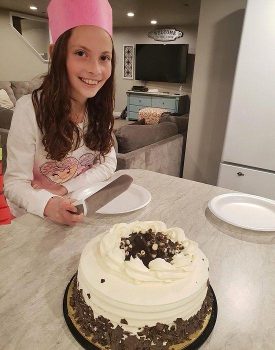 רותי בת 11 עם הכתר שיהונתן הכין לה