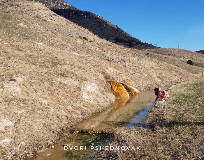 רותי מכניסה יד למים החמים