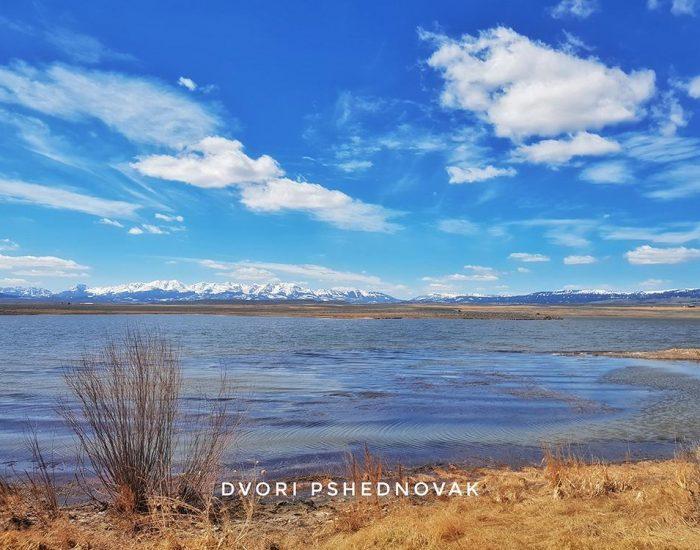 עצירה ראשונה באגם יפה בצד הדרך