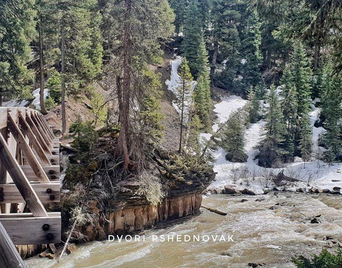 צוקים מרהיבים בתוך הנהר