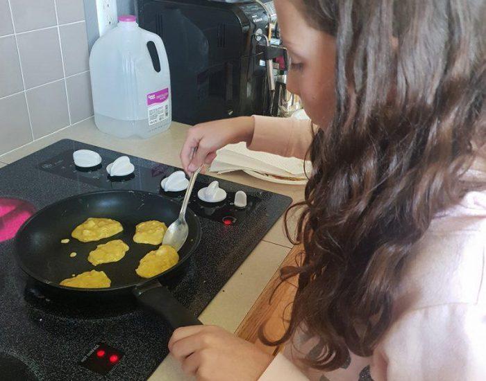 ילדים במטבח-  רותי מכינה פנקייקים לארוחת בוקר