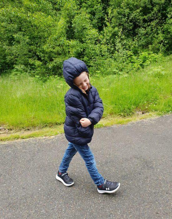 יוצאים למסלול הליכה בגשם