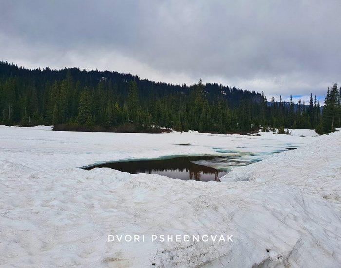 אגם קפוא ועננים, לא רואים את ההר וההשתקפות שלו במים