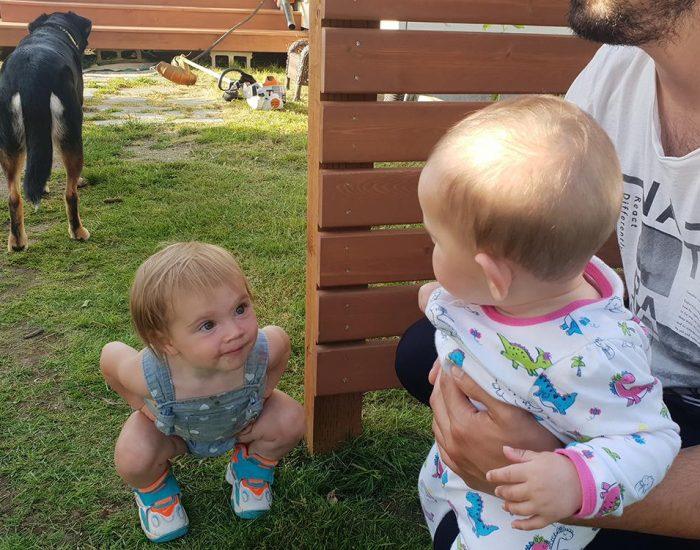 הפעם הראשונה ששני רואה תינוקת כמעט בגילה