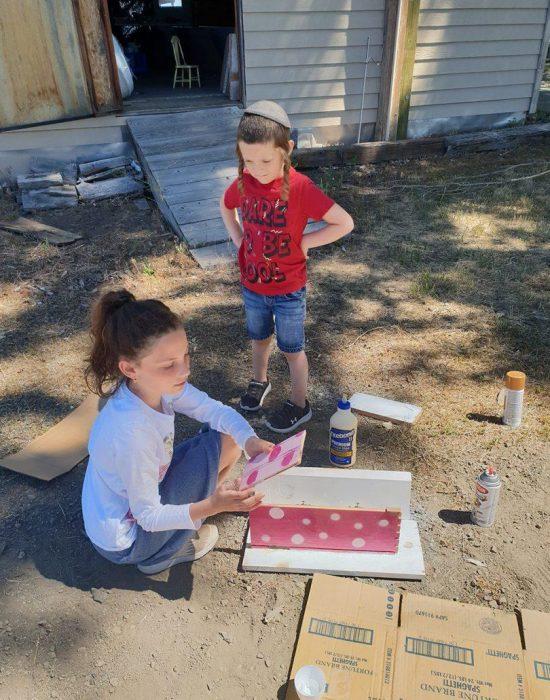 רותי בנתה  ארון קטן לבית העץ שבחווה