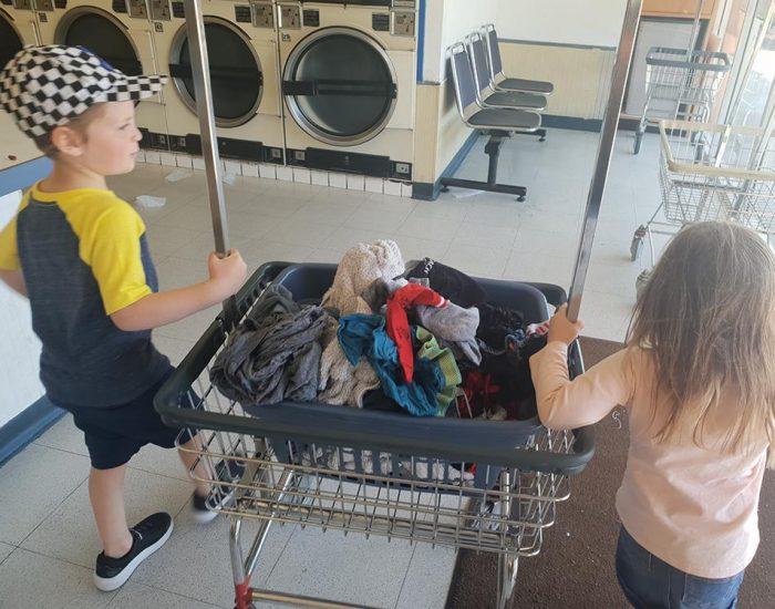 גם הילדים שותפים לכביסה...