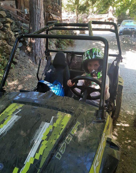 רותי לומדת לנהוג בטרקטורון
