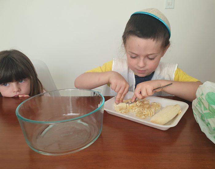 ילדים מבשלים... הכנות לפנקייק בננה