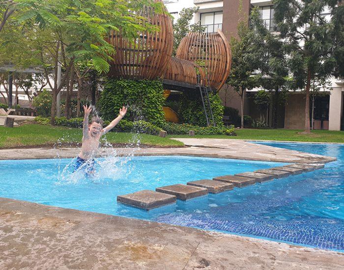 בבריכה בבית בגוודלאחרה