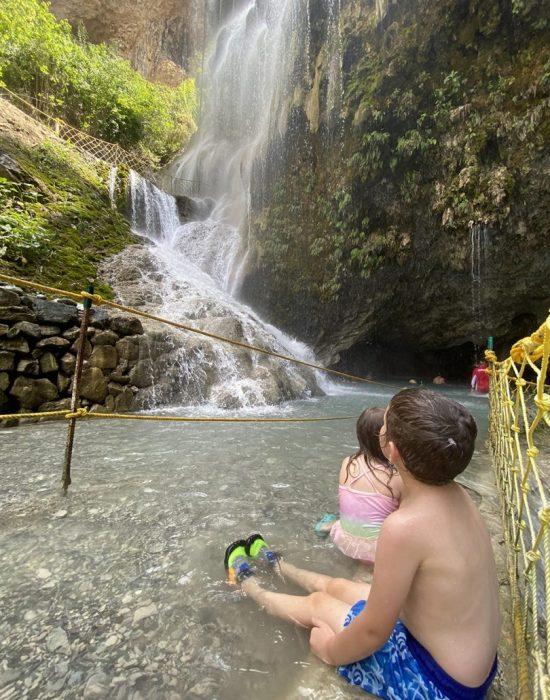 בריכות מים חמים מתחת למפלים הקרים
