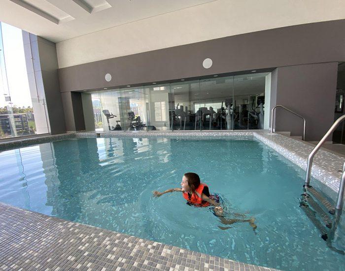 בבריכה בבניין