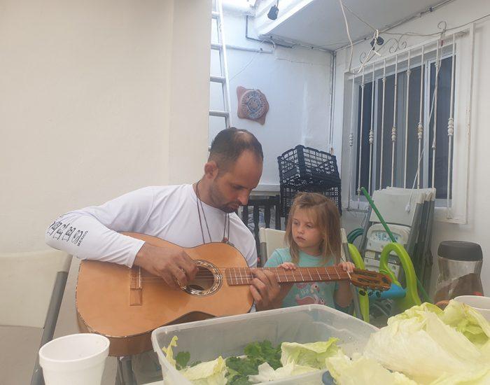 יעל לומדת לנגן בגיטרה בחבד איסלה