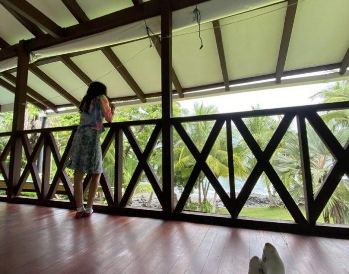 יושבים במרפסת