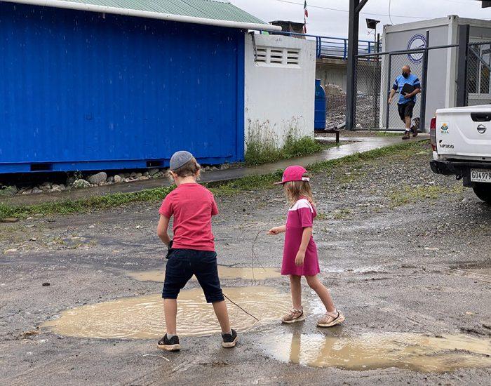 עוברים משרדים בגשם ובבוץ