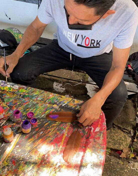 מצייר על נוצות