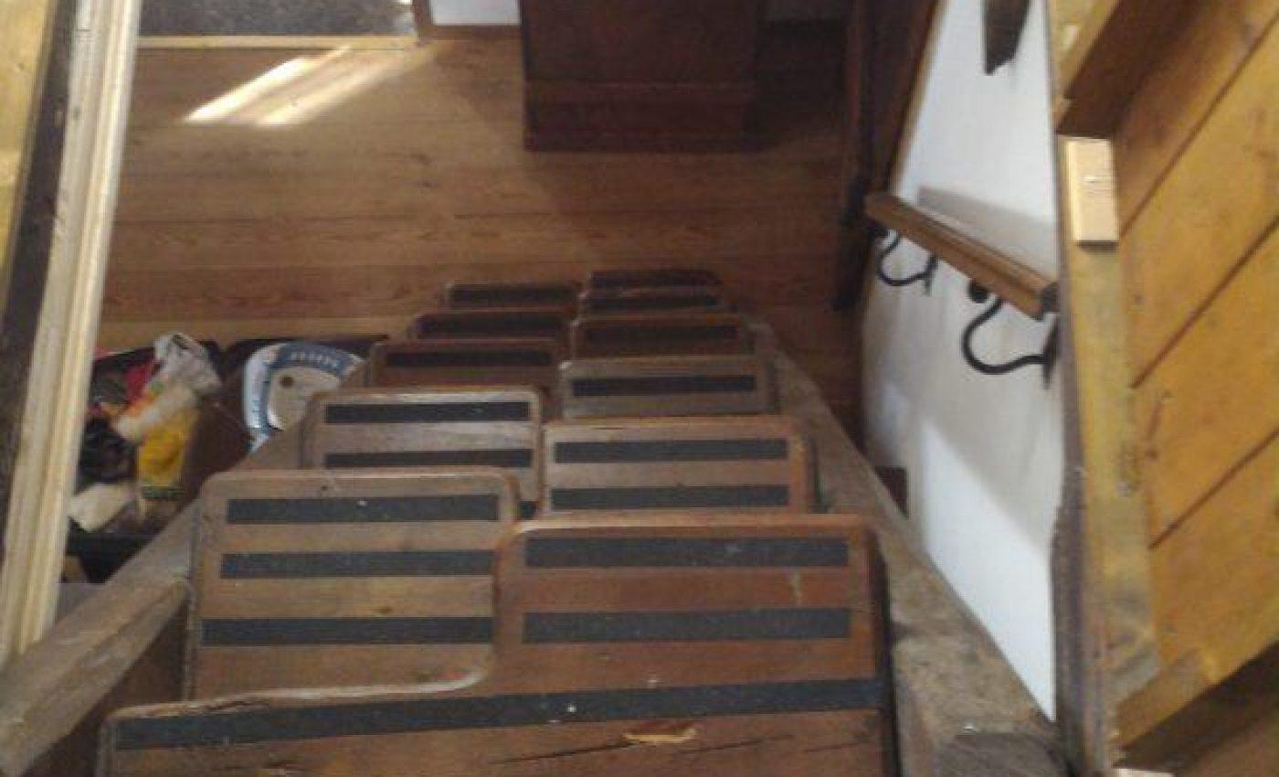 המדרגות לעליית הגג בבית באגם מג'ורה